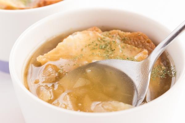 津和地島の新玉ねぎをスープに入れます
