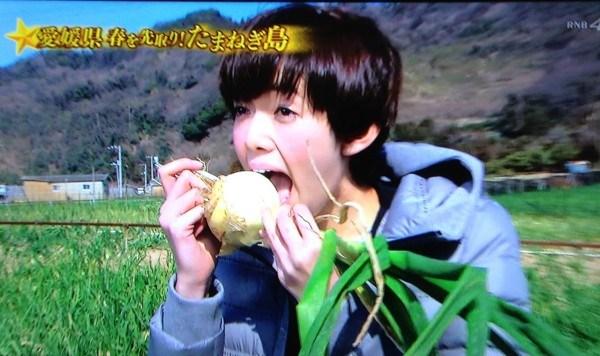 佐藤栞里さんも津和地玉ねぎを生で丸かじり