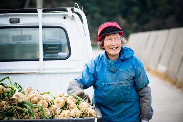 80代のお年寄りも玉ねぎで元気いっぱいな津和地島